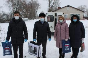 Волонтёры «ЕР» в Суземке привезли многодетным и малообеспеченным семьям новогодние подарки