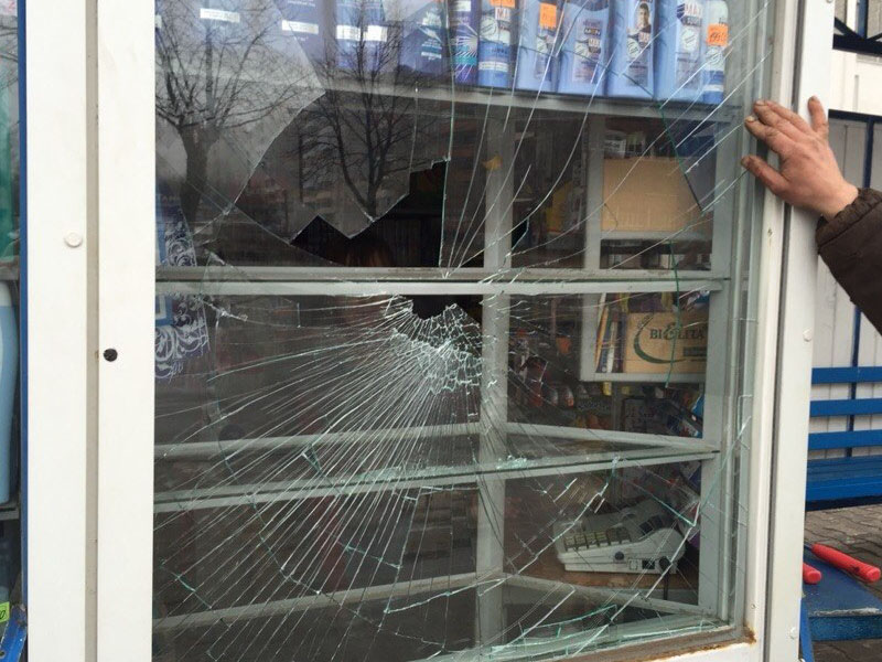 Брянский вор-рецидивист поживился алкоголем, разбив витрину магазина. И сходил «за второй»