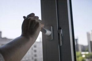 В Новозыбкове пьяная женщина «вышла» в окно