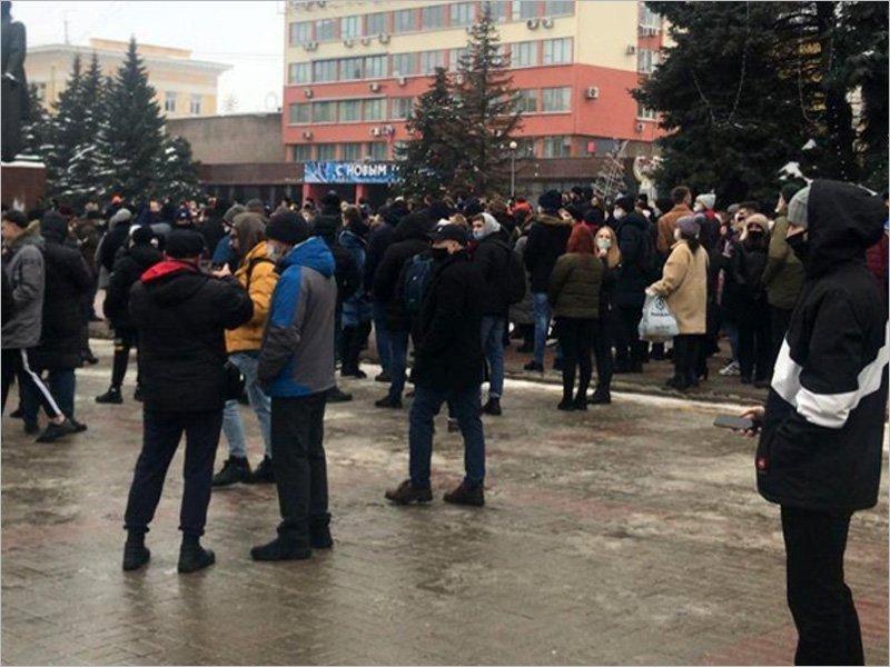На несогласованную акцию в поддержку Навального в центре Брянска собрались около двухсот человек