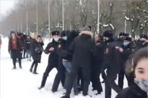 Несогласованная акция в поддержку Навального в Брянске завершилась на Кургане. Несколькими десятками задержаний