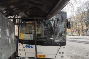 В Брянске 31-й автобус въехал в остановку