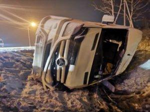 В Выгоничском районе перевернулся микроавтобус с пассажирами. В больницу доставлены семеро пострадавших