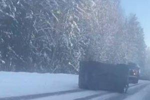 «Нива» с легковушкой на буксире врезалась в большегруз в Дятьковском районе