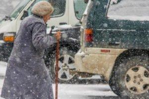 Переход дороги на красный свет стоил поломанных рёбер брянской пенсионерке