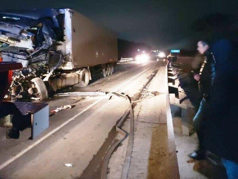 В Брянской области в лобовом ДТП большегрузов погиб дальнобойщик