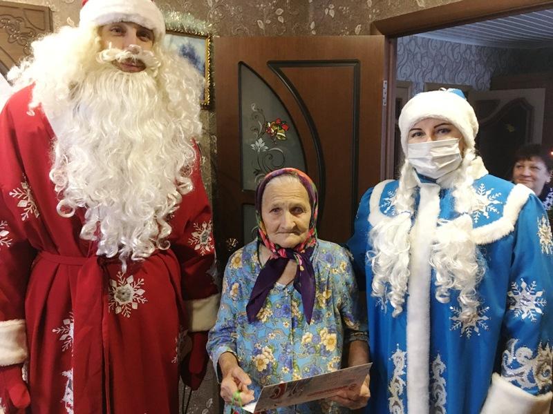 Волонтёры вручили ветеранам в канун Рождества подарочные наборы