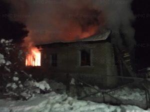 При пожаре в жилом доме под Жуковкой погиб мужчина, еще один получил ожоги