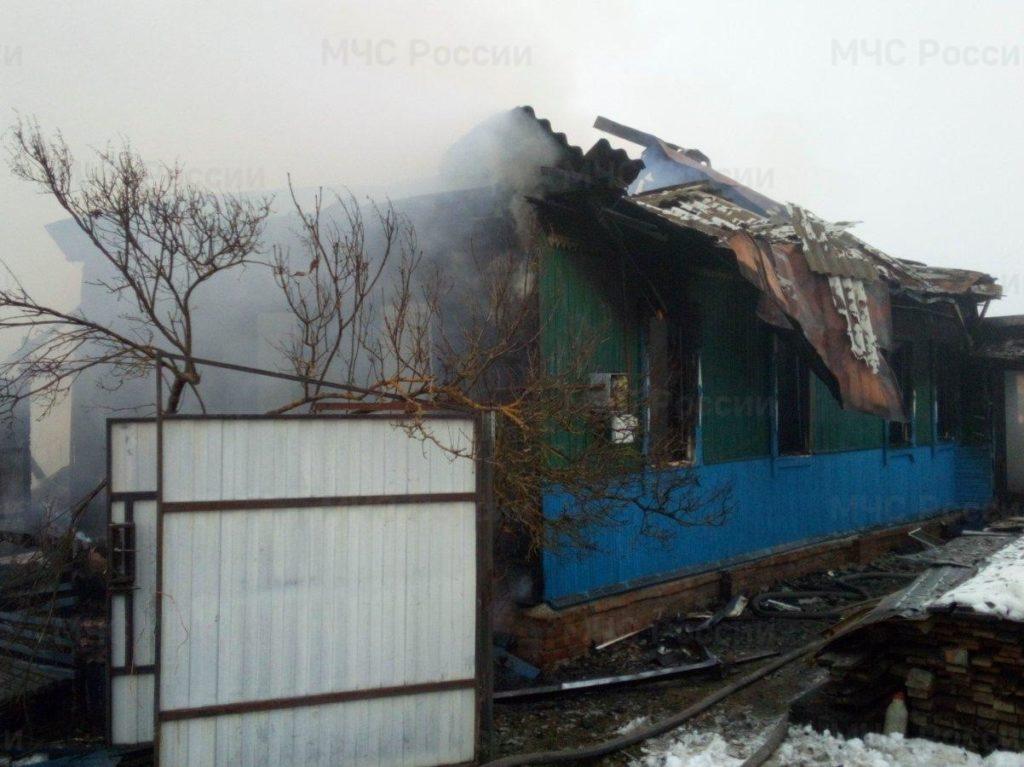 В Трубчевском районе сгорел дом с хозпостройками