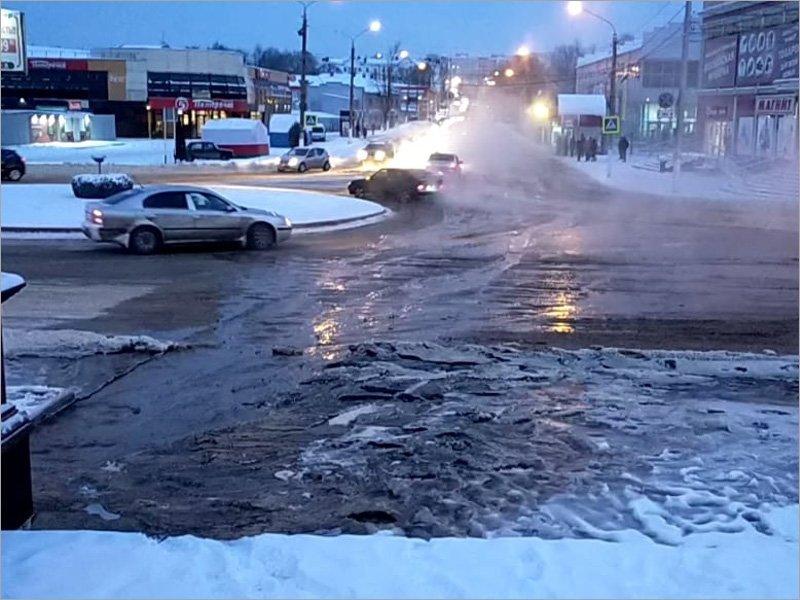Коммунальная авария в Клинцах: центральную улицу города в двадцатиградусный мороз залило водой