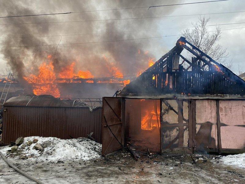 Сильный утренний пожар в Фокинском районе тушили больше часа