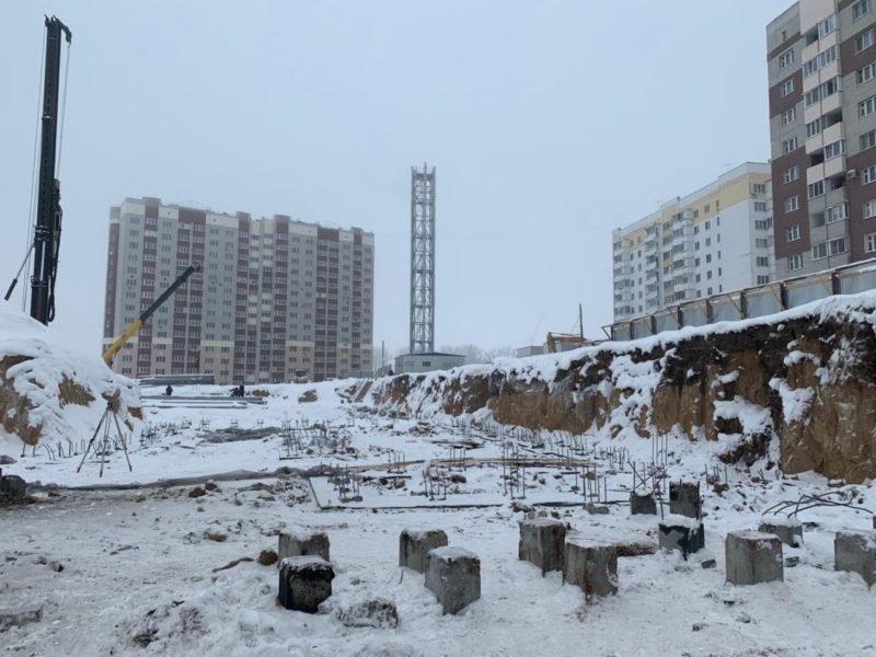 В Брянске на строительстве школы в 4-м микрорайоне забили четверть свай. И протестировали их
