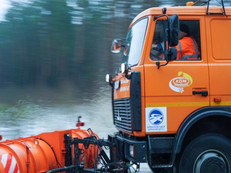 На борьбу со снегопадом дорожники высыпали почти четыре тонны песка