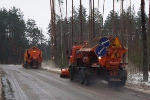 Для борьбы со снегопадом в области дорожники высыпали почти четыре тонны песка