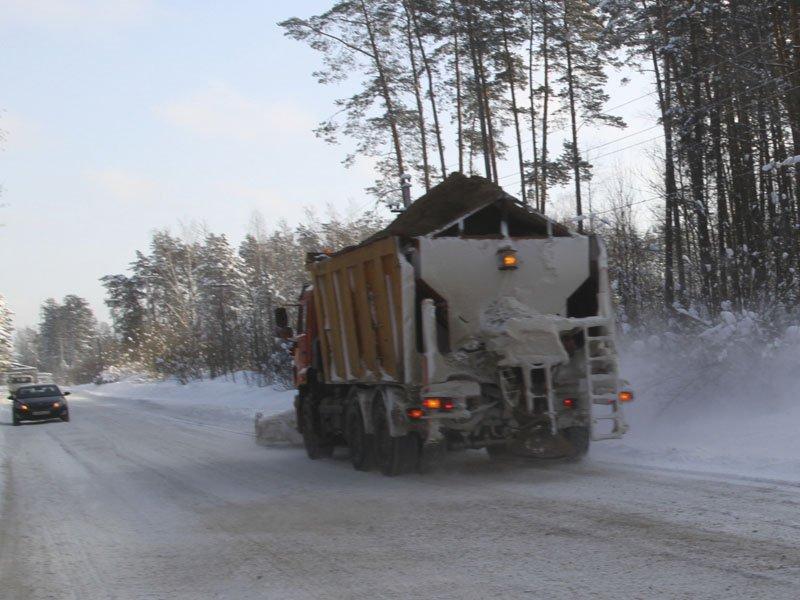 Продолжается борьба со снегопадом в Брянской области: за минувшие сутки на дороги высыпано почти четыре тонны песко-соляной смеси