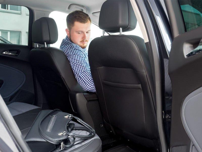 Соблазнился: водитель унечского такси ходил в магазин с чужой найденной картой