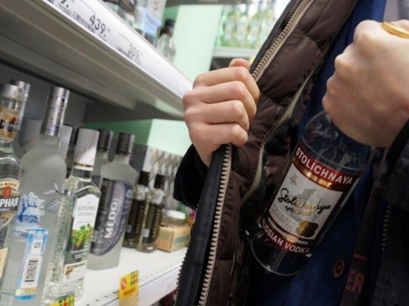 В центре Брянска задержали магазинного вора, регулярно таскавшего алкоголь