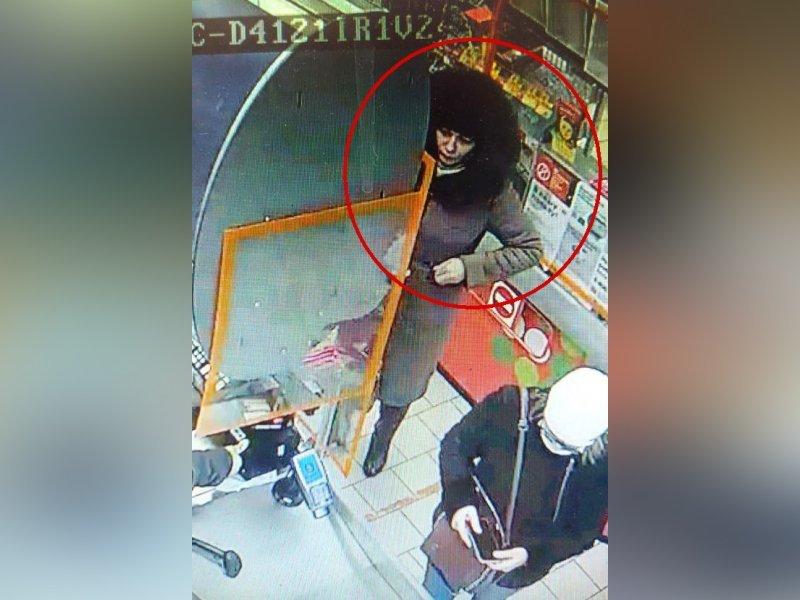 Полиция разыскивает женщину, расплатившуюся фальшивкой в клинцовской «Пятёрочке»