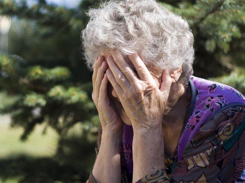 Нездоровый внук из Белых Берегов чуть не убил собственную бабушку