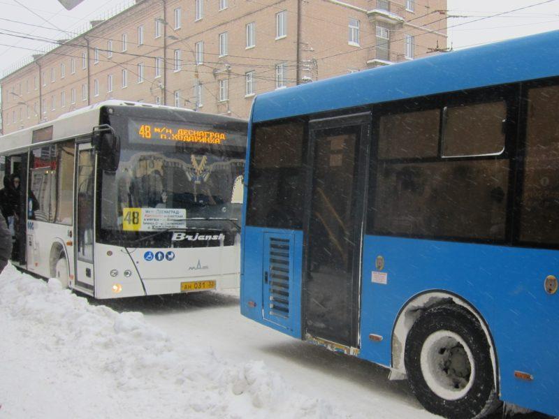 В Брянске городской транспорт из-за снегопада отстает от графика на 30-60 минут — горадминистрация