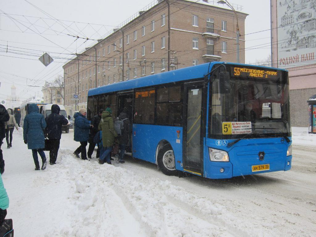 В Брянске городской транспорт из-за снегопада отстаёт от графика на 30-60 минут — горадминистрация