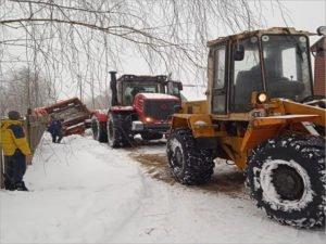 В посёлке Синезёрки дорожники третий день пытаются вытащить из снежной ловушки мусоровоз