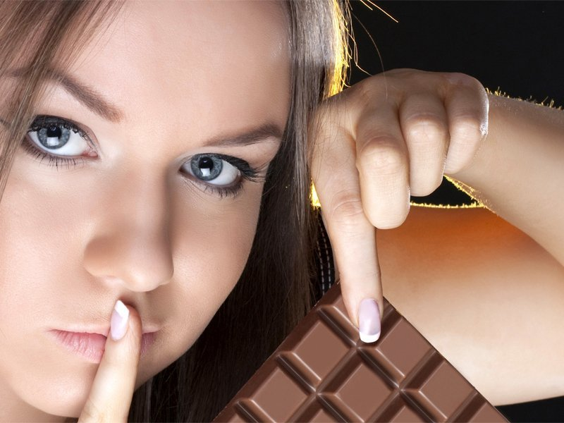 Устроила себе «дольчевиту»: брянская сладкоежка вынесла полный рюкзак шоколада из магазина