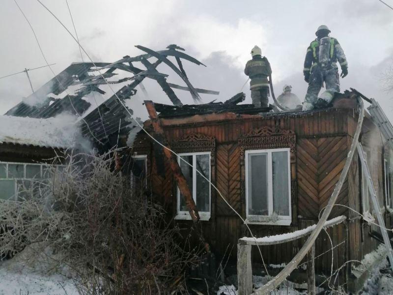 В брянском посёлке утром в воскресенье сгорел дом
