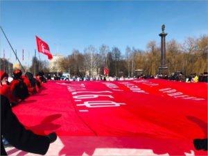 Перед Курганом Бессмертия в Брянске развёрнуто огромное Знамя Победы