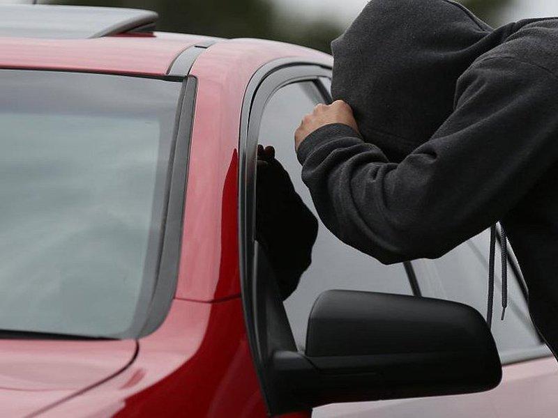 Отомстил: житель Фокино похитил деньги и документы из машины ненавистной знакомой