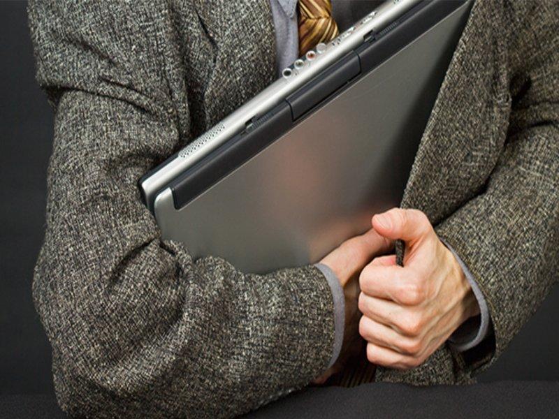 Привёл грабителя домой: житель Брянска нагло отобрал телефон и ноутбук у приятеля
