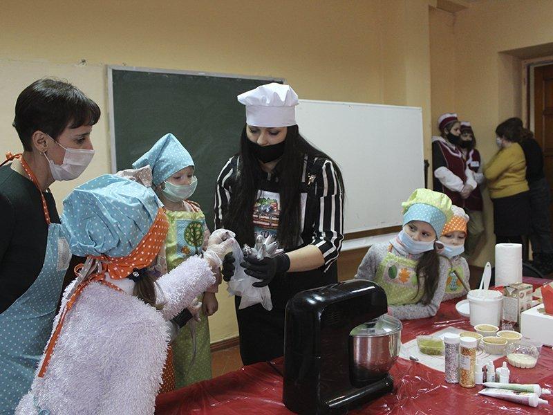 Брянские волонтёры устроили сладкий мастер-класс для маленьких пациентов онкоцентра