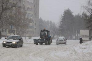 Брянск от снега расчищают более 80 машин и почти 300 дворников — горадминистрация
