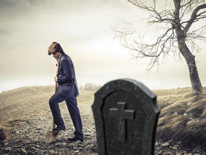 Двое работников бежицкого кладбища получили срок за торговлю могилами. Пока условно