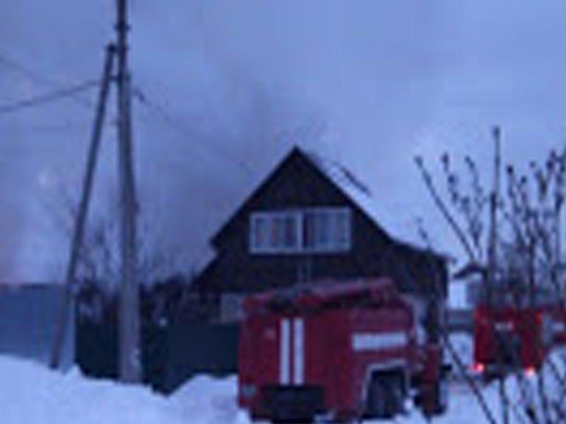 В утреннем пожаре в Клетне сгорели хозпостройки