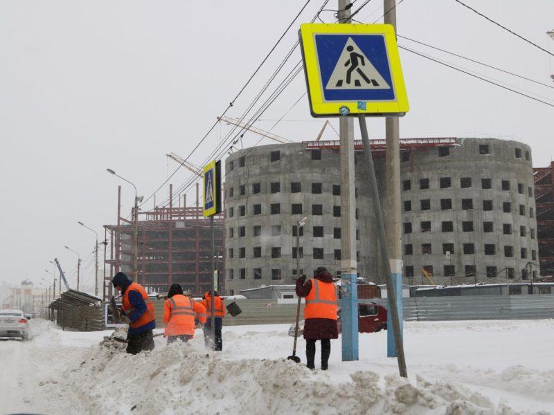 В Брянске за сутки вывезли 1200 тонн снега, дороги убирают 70 машин и более 200 дворников