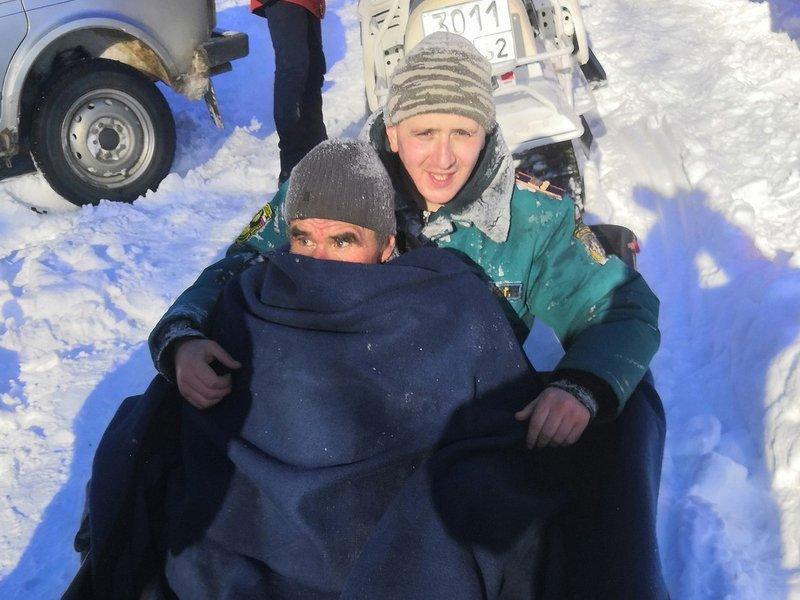 Заблудившийся житель Выгоничского района чудом выжил и был спасён сотрудниками МЧС