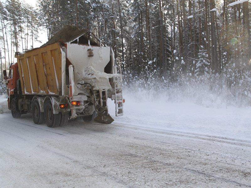 Для борьбы с гололёдом в области дорожники высыпали более пяти тысяч тонн песка