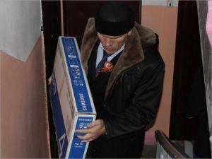 Николай Валуев возложил в Брянске цветы к мемориалу и преподнёс ветерану праздничный подарок