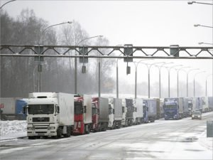 В Брянской области на границе с Украиной выстроились очереди из сотен большегрузов