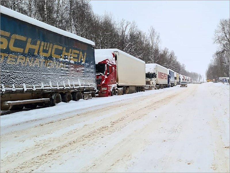 Очередь большегрузов на границе в Брянской области до сих пор превышает полторы сотни машин