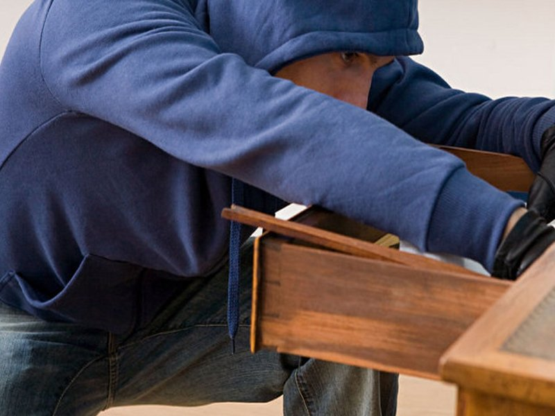Пустил вора в дом: житель суражского села прихватил сбережения приятеля