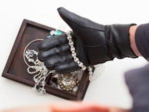 Житель Брянска ушёл от возлюбленной, прихватив её золото