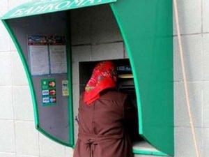 «Бедная родственница» месяц незаконно тратила деньги с карты брянской пенсионерки
