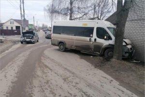 В Брянске госпитализированы с переломами двое очень пожилых пассажиров маршрутки