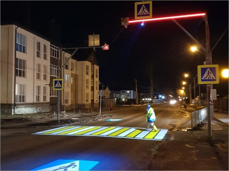 На дороге в пригороде Брянска установлен первый в регионе проекционный пешеходный переход