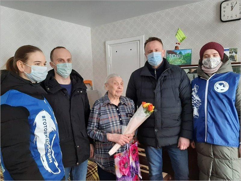 Брянские депутаты и волонтёры поздравили с праздником участниц Великой Отечественной войны
