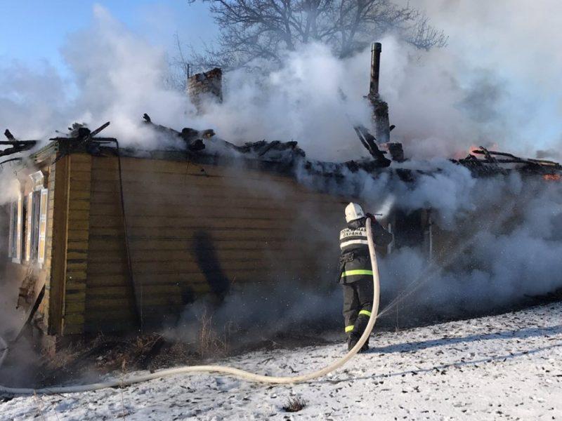 В поселке под Погаром пожарные тушили дом более 4,5 часов. Пострадал человек
