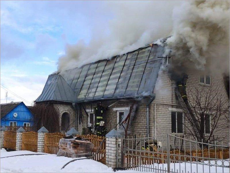Брянские пожарные четыре часа тушили горевший частный дом на Снежетьской