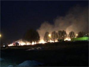 Брянские пожарные ночью тушили пылающее поле между Чайковичами и Камвольным